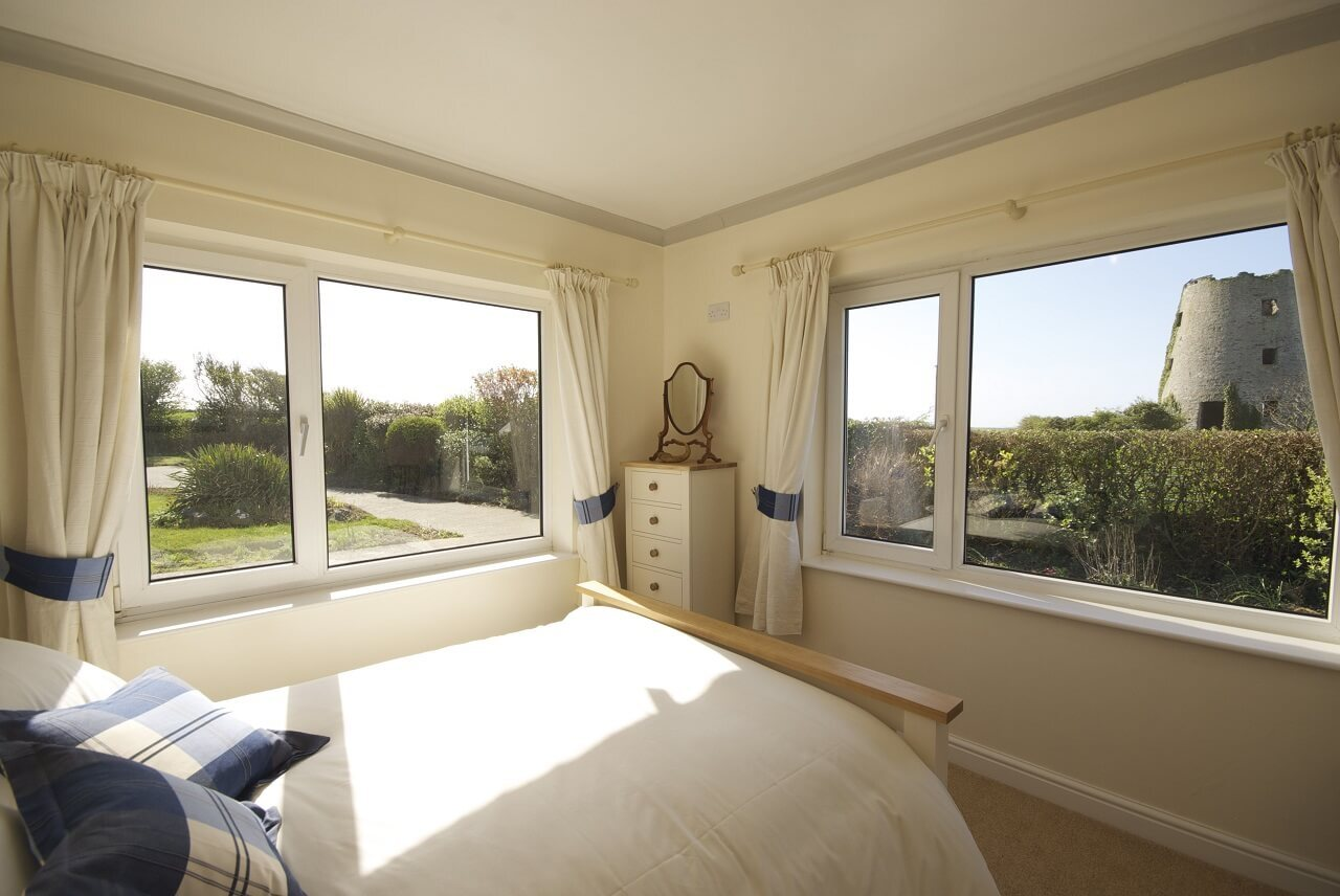 Double bedroom with garden view
